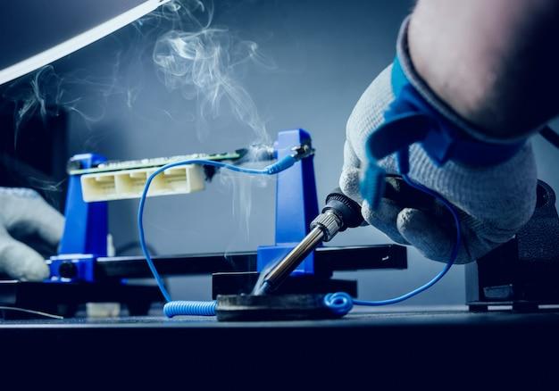Reparatie van elektronische apparaten, soldeer- en printplaten