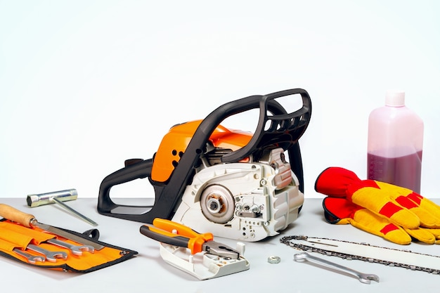Reparatie van kettingzagen, gereedschap op benzine. repareren van een kettingzaag in reparatiewerkplaats.