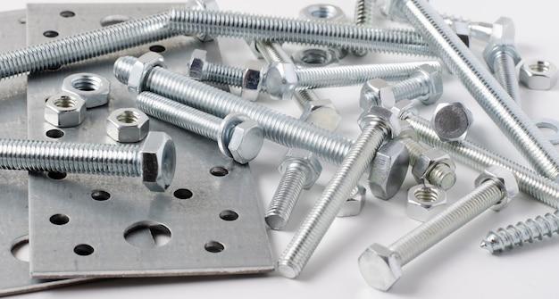 Repareergereedschap. bouten en metalen montageplaten. witte achtergrond.