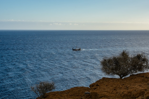 Replica van een oude vikingboot. vikingschip op zee