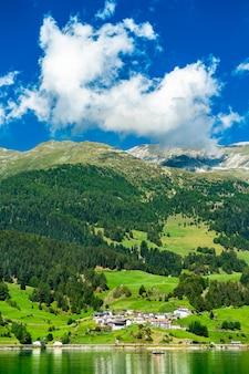 Reschensee, een kunstmatig meer in zuid-tirol, de italiaanse alpen