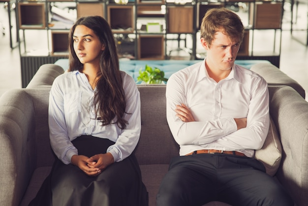 Resentful collega's die van elkaar kijken