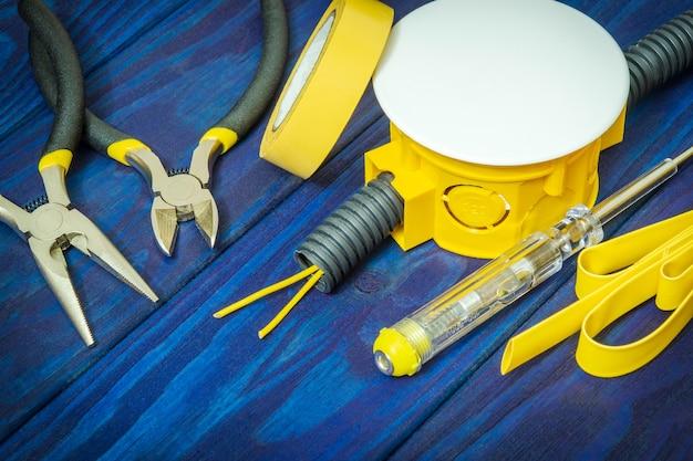 Reserveonderdelen en gereedschappen voor elektrisch op blauwe borden