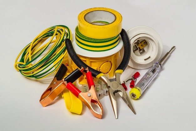 Reserveonderdelen en gereedschappen voor elektrische reparaties op grijze ondergrond