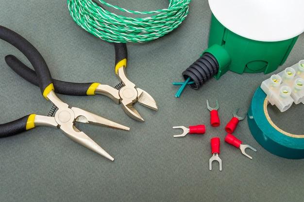 Reserveonderdelen, gereedschap en groene draden voor vervanging of reparatie van elektrische apparatuur