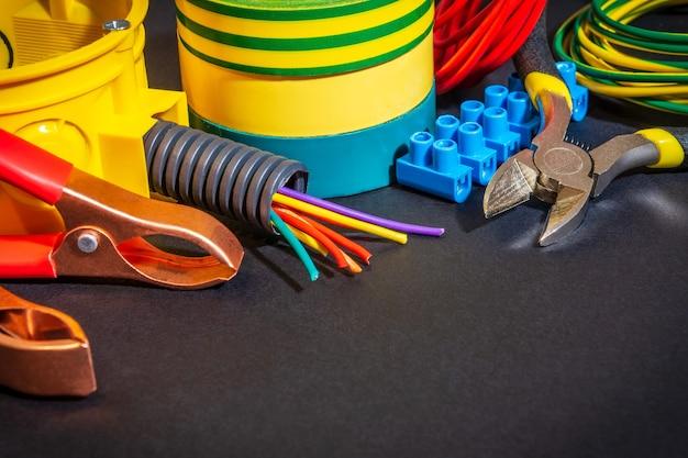 Reserveonderdelen, gereedschap en kabels voor vervanging of reparatie van elektrische apparatuur