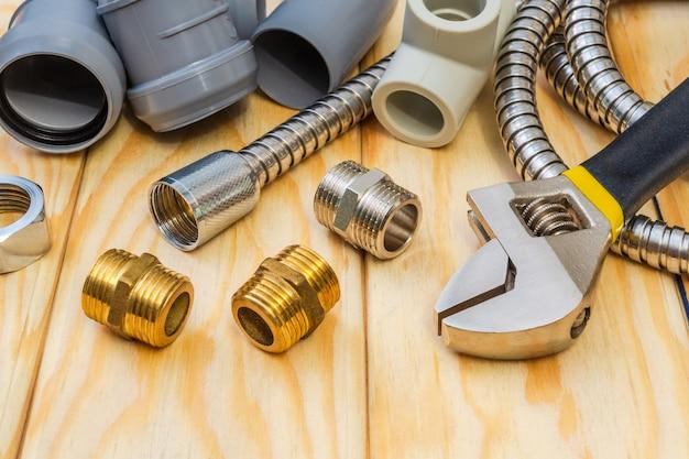 Reserveonderdelen met koperen en plastic accessoires voor reparatie van loodgieterswerk