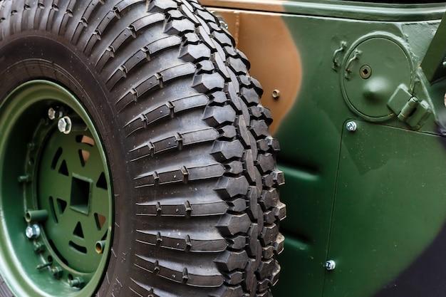 Reservewiel close-up gemonteerd op de carrosserie van een gepantserde auto