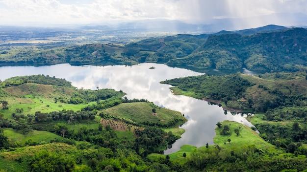Reservoir in de vallei in de regenseizoen luchtfoto bovenaanzicht van drone