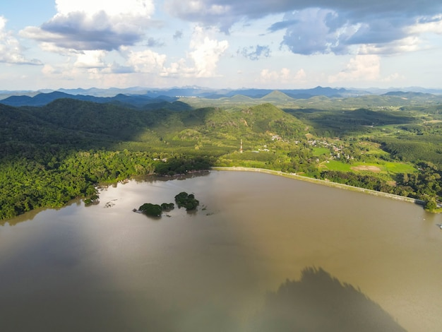 Reservoir, luchtfoto rivierbos natuur bosgebied groene boom, bovenaanzicht rivierlagune vijverwater van bovenaf, eiland groen bos mooie frisse omgeving landschap oerwouden meer