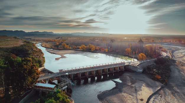 Reservoir voor landbouwirrigatie, bij zonsondergang. luchtfoto.