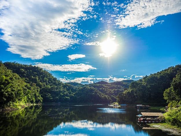 Reservoirs in volledig natuurlijke bron, omgeven door bergen en bomen