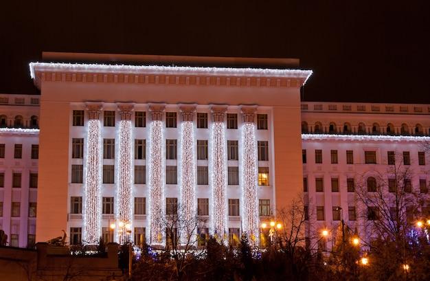 Residentie van de president van oekraïne versierd met kerstmis. kiev, oekraïne