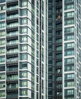 Residentieel gebouw, flatgebouw exterieur, appartementencomplex met ramen, bouwgezicht, hoge gebouwen, condominium in bangkok thailand