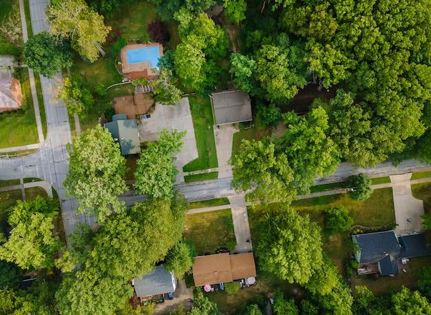 Residentieel slaapgedeelte in de straat in een klein stadje in het moderne recreatiegebied met bovenstaande luchtfoto cleveland ohio usa