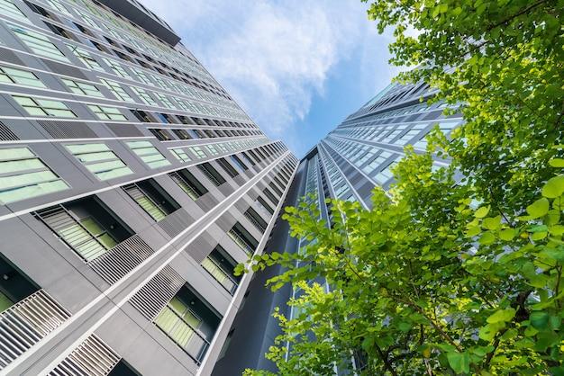Residentieel stadscentrum met omringende bomen.