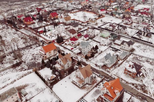 Residentiële ontwikkeling. particulier onroerend goed in de buitenwijken. residentieel onroerend goed - privéhuisjesfoto van de drone.