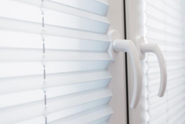 Residentiële witte en schone venster blinds close-up foto