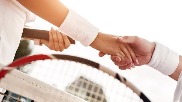 Respecteer tennissers schudden elkaar de hand