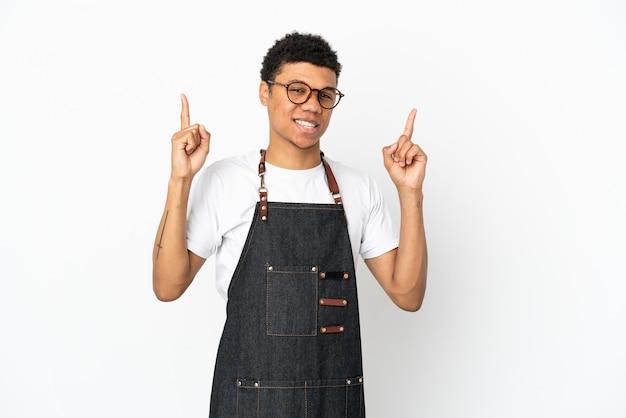 Restaurant afro-amerikaanse ober man geïsoleerd op een witte achtergrond die wijst op een geweldig idee