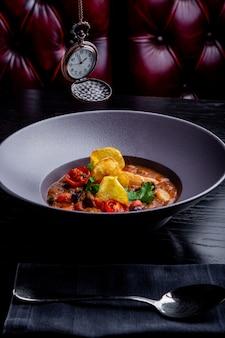 Restaurant gerechten. mooi en smakelijk eten op een bord. mooi eten serveren