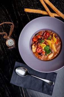 Restaurant gerechten. mooie en smakelijke vleeshutspot op een plaat. mooi eten serveren