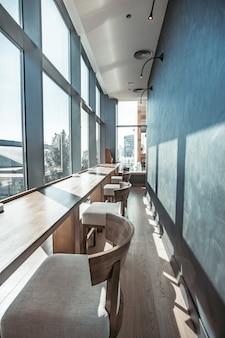 Restaurant interieur met panoramisch uitzicht.