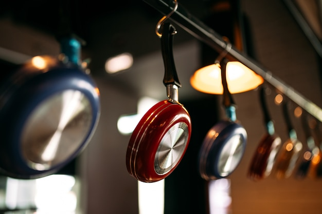 Restaurant keuken inerieure hangende pannen lichten