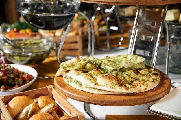 Restaurant lunch catering buffet met focaccia