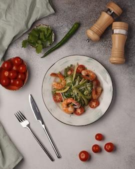 Restaurant menu. salade met groenten en vlees. mooie salade serveren