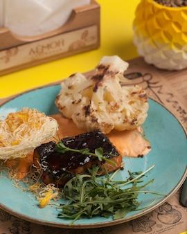 Restaurant menu. visgerecht. vis met marinade en groenten