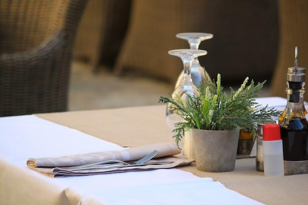 Restaurant met antiseptische desinfectie op tafel, bescherm tegen covid.