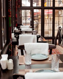 Restaurant met rode loper op de vloer tafels en stoelen