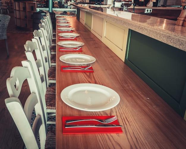 Restaurant met tafel en servies