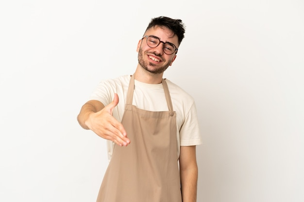 Restaurant ober blanke man geïsoleerd op witte achtergrond handen schudden voor het sluiten van een goede deal