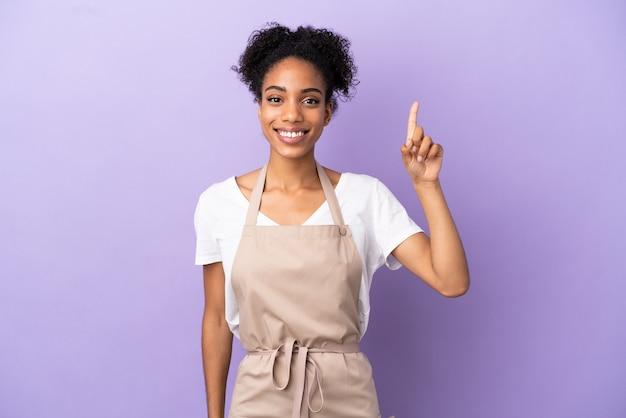 Restaurant ober latijnse vrouw geïsoleerd op paarse achtergrond wijzend op een geweldig idee