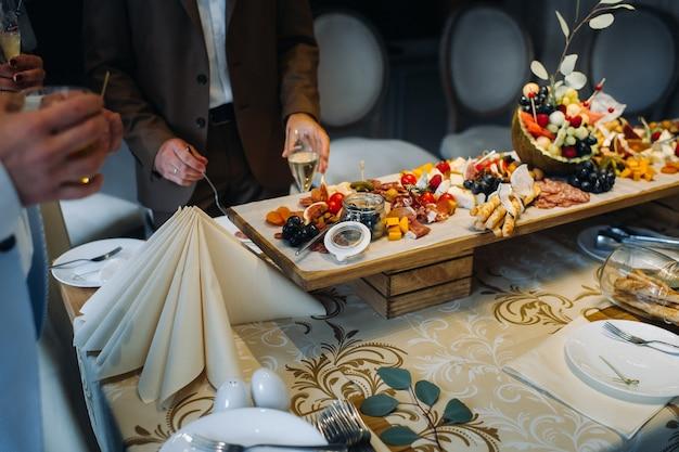 Restaurant service. restauranttafel met eten tijdens het evenement.snacks op tafel.catering.