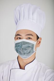 Restaurantchef-kok in medisch masker