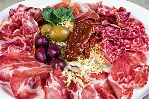 Restaurantgerecht bestaande uit vleeswaren met olijven