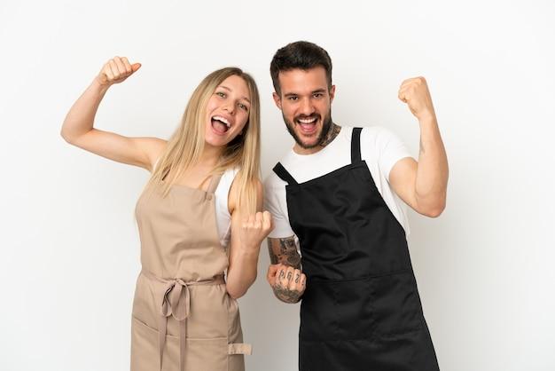 Restaurantkelner over geïsoleerde witte achtergrond die een overwinning viert