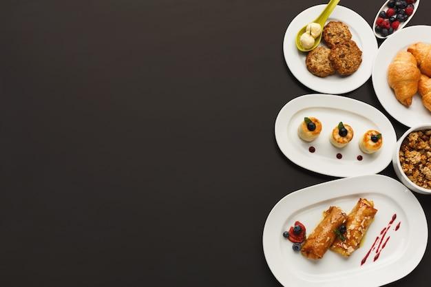 Restaurantontbijt met diverse zoete lekkernijen
