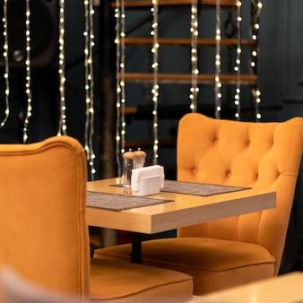 Restauranttafel met kerstversiering