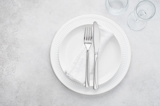 Restauranttafel met witte borden, glazen en bestek