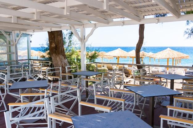 Restaurantterras voor het strand in kamari op het eiland santorini