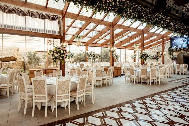 Restaurantzaal versierd met bloemen