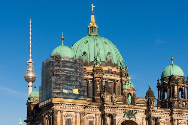 Restauratiewerkzaamheden aan de kathedraal van berlijn, uitzicht op de kathedraal en de televisietoren, berliner dom in berlijn, duitsland