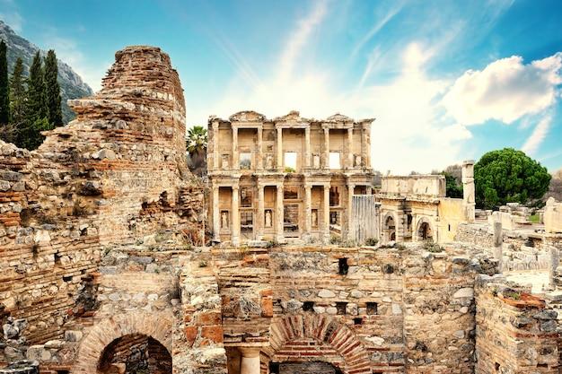 Resterende ruïnes van de oude stad efeze en de bibliotheek van celsus in de middag