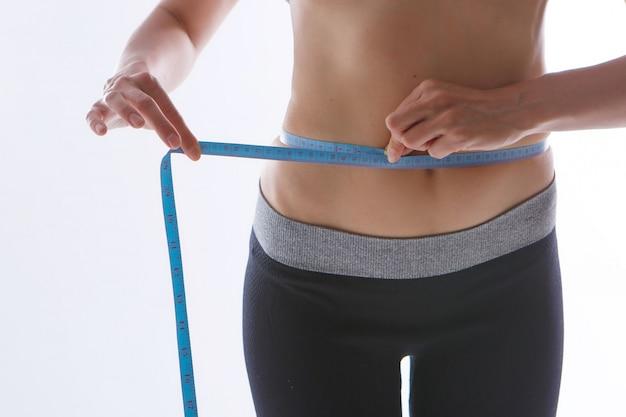 Resultaat van sportoefeningen. afgezwakt maag close-up op een wit