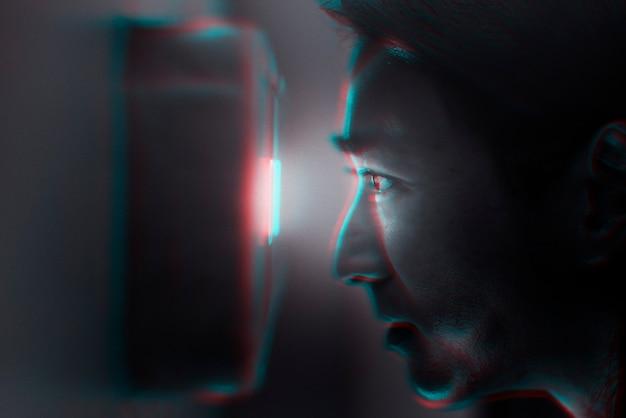 Retina-scans en beveiligingstechnologie in dubbelkleurenbelichtingseffect Gratis Foto