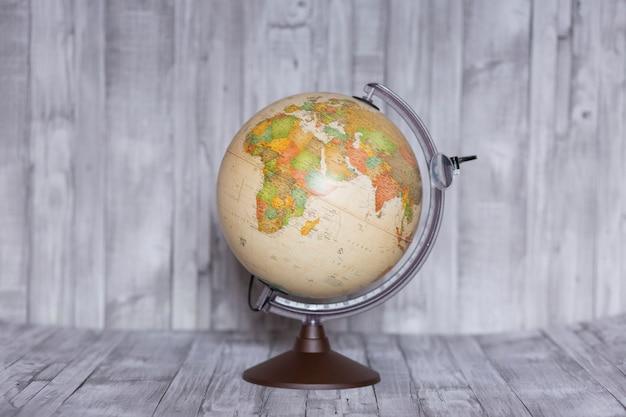 Retro aardbol die beide kanten van de wereld toont